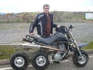 Minden idők egyik legspécibb háromkerekű motorja.